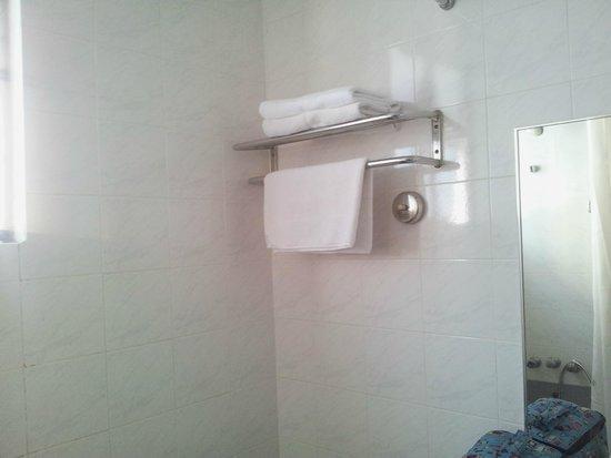 Mahkota Hotel Melaka: Serviettes dans la salle de bains des parents