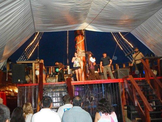 Barco Pirata Jolly Roger Cancún: show dos piratas