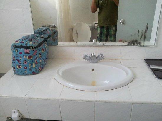 Mahkota Hotel Melaka: Lavabo dans la salle de bains des parents