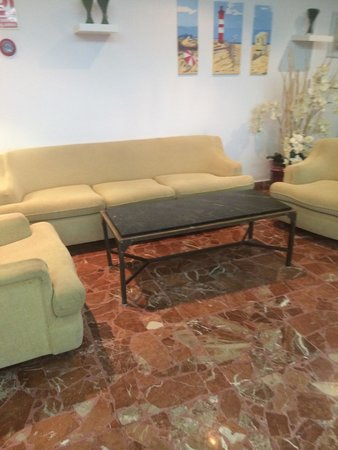 Hotel Tropico Playa: Couch by reception