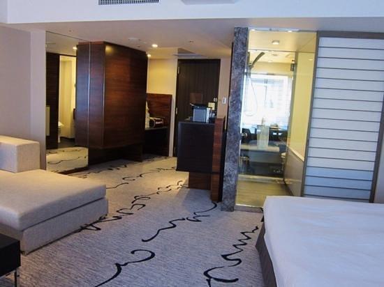 Hilton Tokyo: 浴室の障子のような扉をスライドさせると浴槽から室内のテレビが観れます。