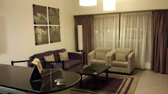 Auris Metro Central Hotel Apartments: Living room