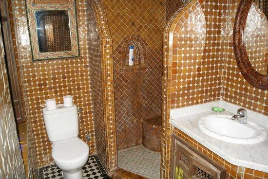 Riad La Maison Verte : El baño es pequeño pero suficiente, limpio y muy correcto
