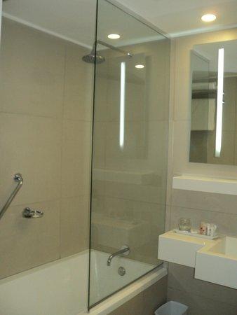 Dazzler Montevideo: interior del baño del hotel dazzler
