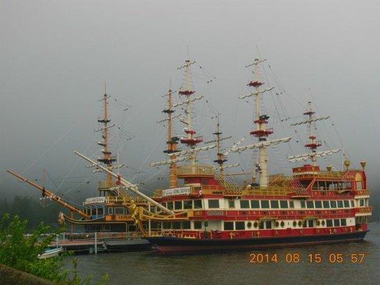 Hakone Hotel: 側の海賊船