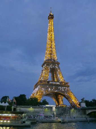 Bateaux Parisiens : Eiffel Tower at night from cruise ship