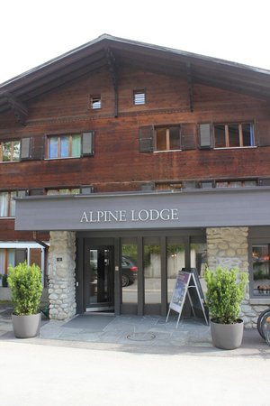 Hotel Alpine Lodge Gstaad - Saanen: Front of Hotel