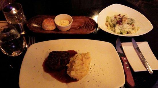 Claddagh Oyster House : 雰囲気良くマッシュポテト添えの肉質良いmediumrareのsteak