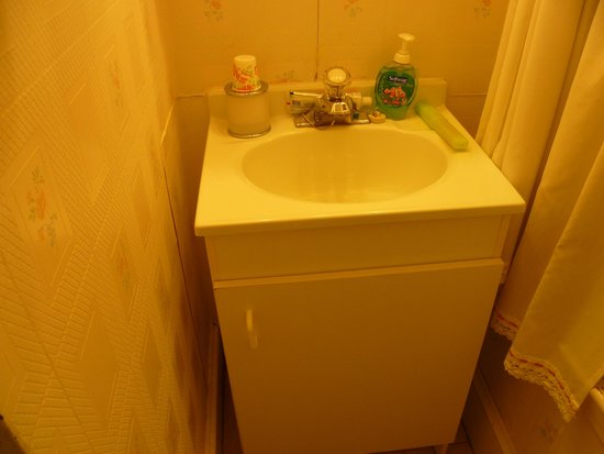 Jubilee Cottage Inn: Bathroom sink with no room to put anything down