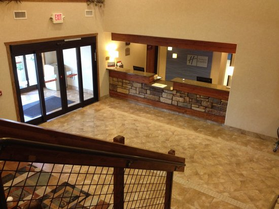 Holiday Inn Express Custer : Front lobby.