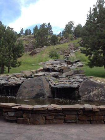 Holiday Inn Express Custer: Beautiful waterfall next to the patio.