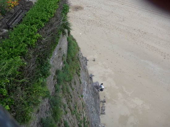Castle Beach: Sheer Cliffs