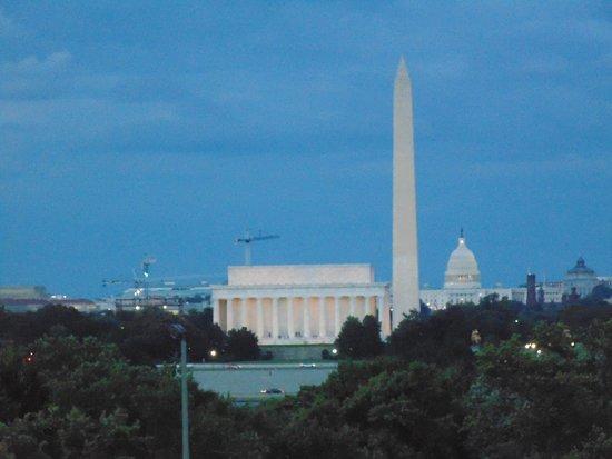 BEST WESTERN Rosslyn/Iwo Jima : Uitzicht vanaf grasveld voor carillon.