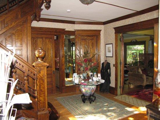 Viroqua Heritage Inn: Foyer of Bed and Breakfast
