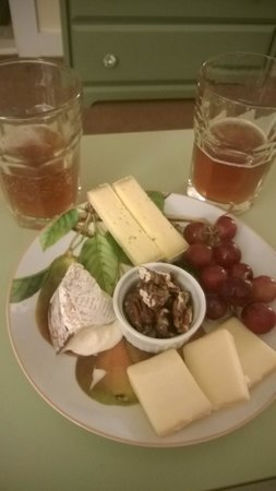 Lang House on Main Street Bed and Breakfast: The Vermont cheese platter!