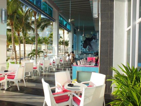 Hotel Riu Cancun: Corner Bar by quiet pool