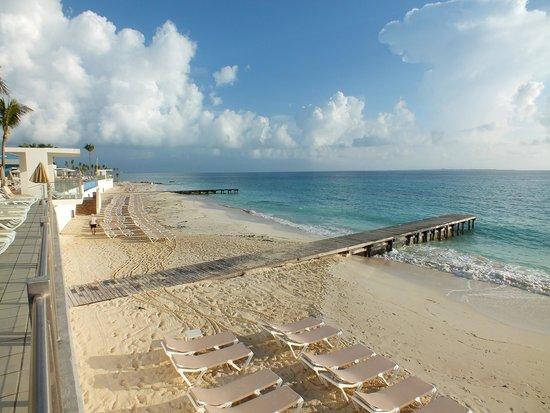 Hotel Riu Cancun: Boardwalks on beach
