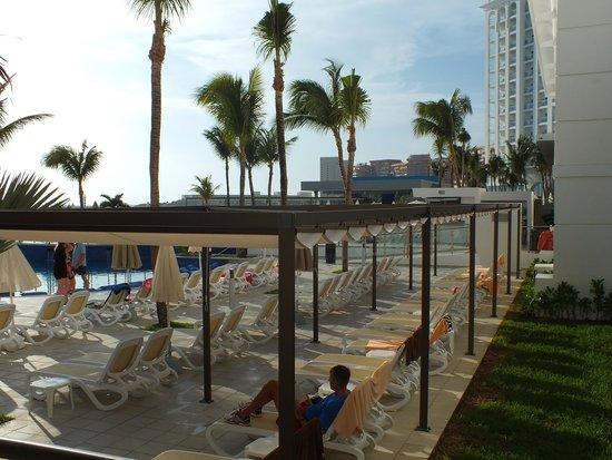 Hotel Riu Cancun: Sun covers around outside pools