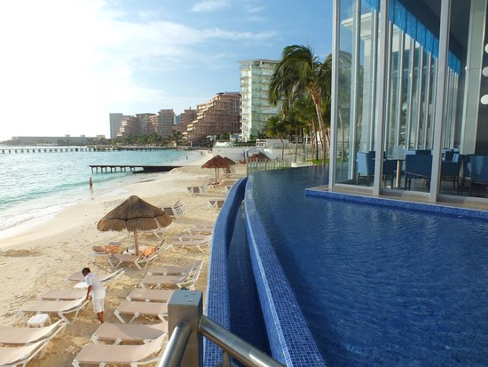 Hotel Riu Cancun: Pool that wraps around corner of hotel by the quiet pool