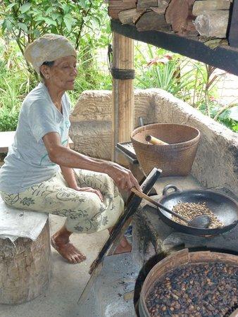 Bali On Bike: Roasting coffee