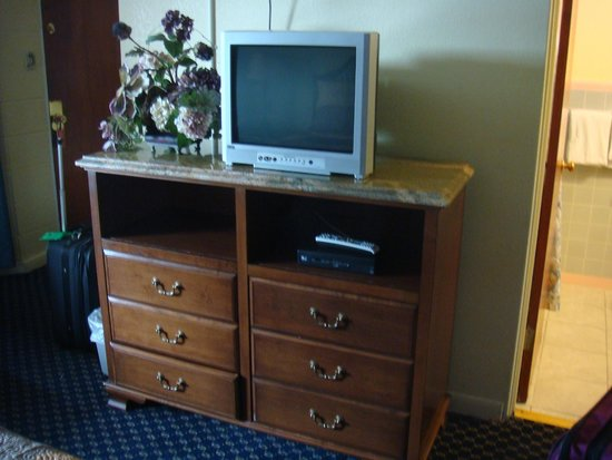 Rainbow Motel Colorado Springs: Dresser & TV