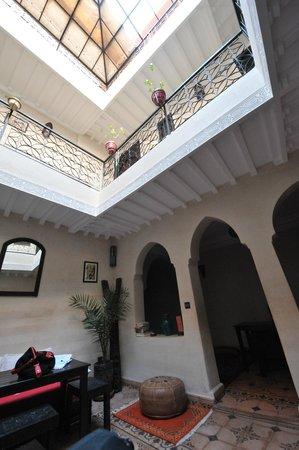 Riad Casa Sophia : Courtyard - breakfast and tv/reading area