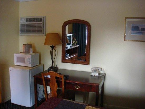 Rainbow Motel Colorado Springs : Desk Area
