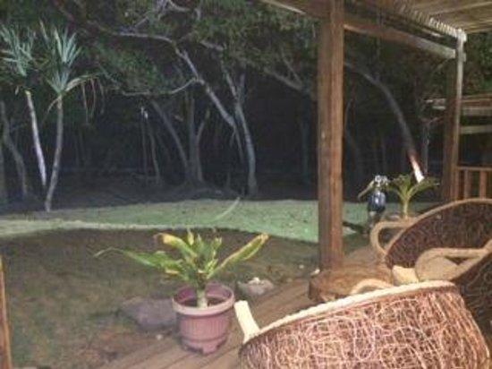 The Pade Resort: Teras outdoor langsung ke hutan & pantai