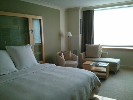 Loews Minneapolis Hotel : Room - bed, with a comfortable seating