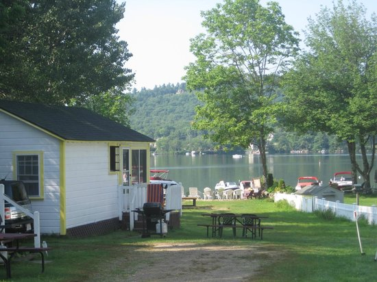 Lake Shore Motel & Cottages: end cabin, looking down toward beach and Lake Winnipesaukee