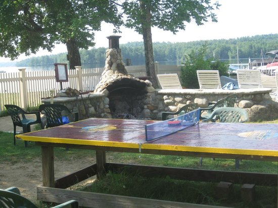 Lake Shore Motel & Cottages: ping-pong table and outdoor fireplace