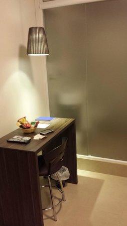 Hotel Eilat: Mesa de trabalho com WC ao fundo