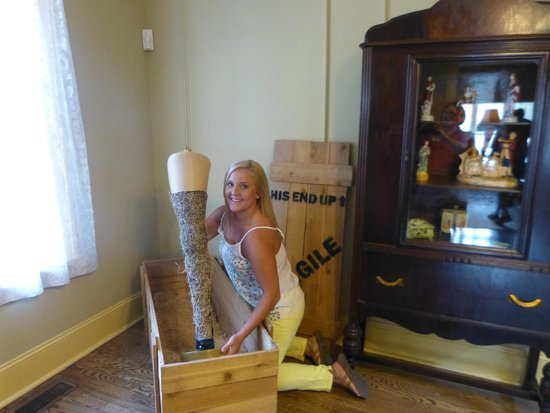 A Christmas Story House : Interactive props: Fra-jee-lay Italian leg lamp!