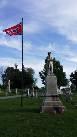 Mount Olivet Cemetery : Monument for fallin unnamed confederate soilders.