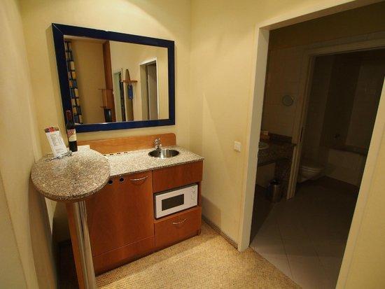 Starlight Suiten Hotel Renngasse: 左下の取っ手がミニバー(冷蔵庫)