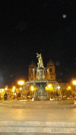 Plaza de Armas (Huacaypata): A noite a praça toda iluminada