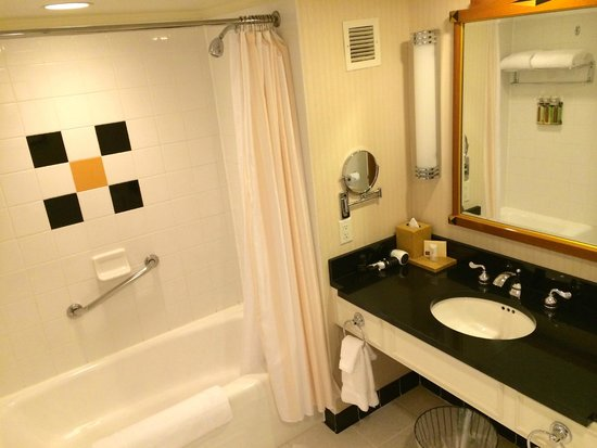 The Orchard Hotel: Bathroom