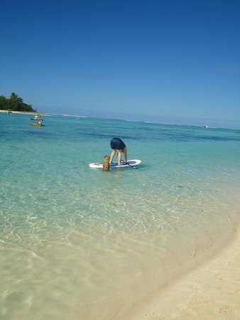Muri Beach Club Hotel: Helping with learning to paddle board?