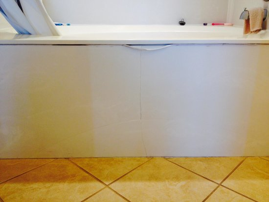The Prince Resort: cracked tub