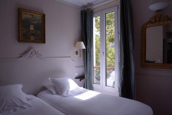 Hotel de la Porte Doree : Very comfortable bed~~~~