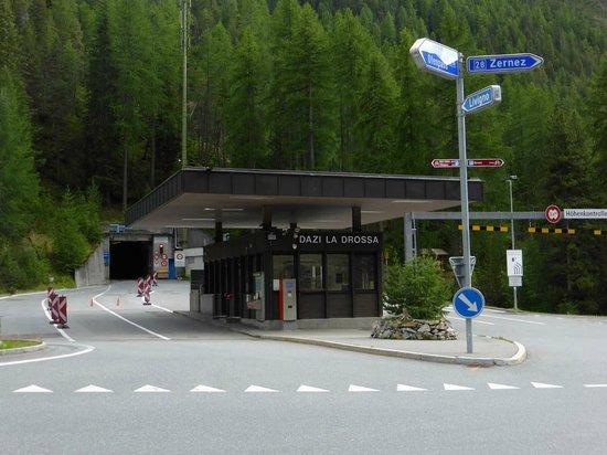 Munt-la-Schera-Tunnel : Schweizer Grenzübergang mit Tunnel
