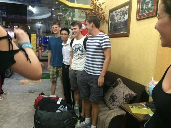 B&B Hanoi Hotel : Photos with the Staff at the lovely Hostel