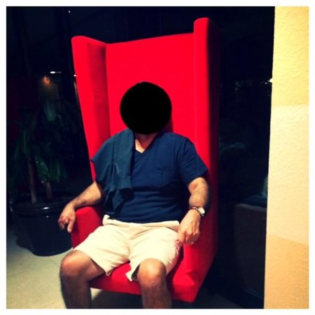 Causeway Bay Lansing Hotel: tall red velvet chairs throughout the hotel