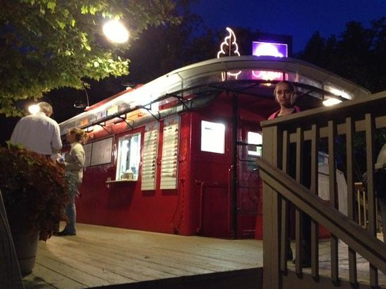 Red Caboose Ice Cream Station: Outside of Red Caboose at night