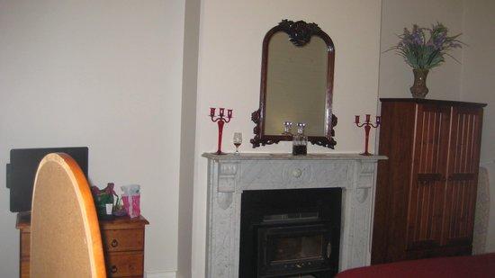 Carlyle House B & B: Muscat fireplace