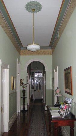 Carlyle House B & B: Main house hallway