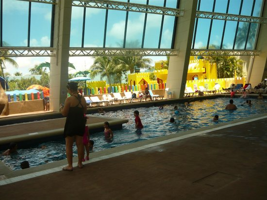 Crown Paradise Club Cancun: Piscina techada, muy bonita el area!!