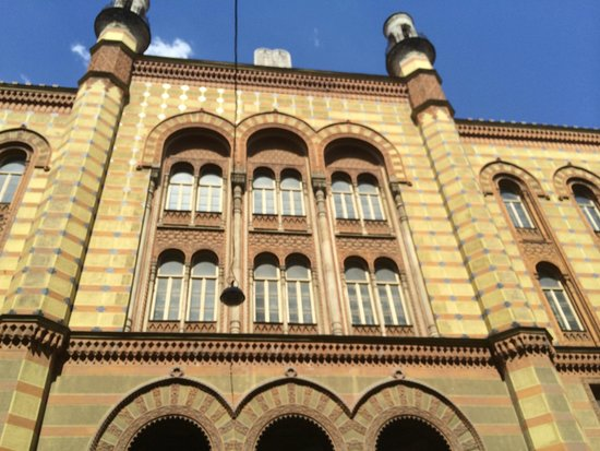 Arcadia Hotel Budapest: Surrounding buildings