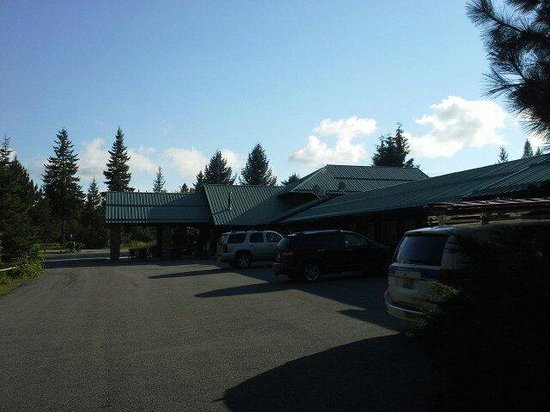 Bonners Ferry Log Inn: Entrance and parking
