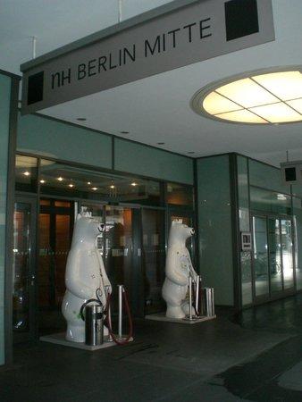 NH Collection Berlin Mitte am Checkpoint Charlie: L'entrata con i due orsi simbolo di Berlino